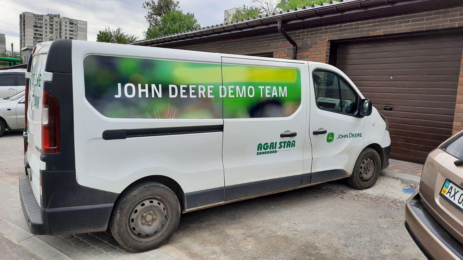 Наклейка рекламы на автомобиль для John Deere