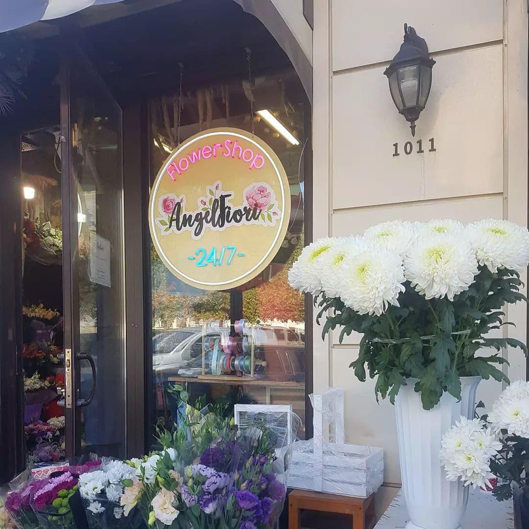 Световая вывеска с использованием неона для магазина цветов
